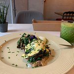 Eggs benny with spinach and mushrooms