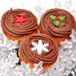 Enjoy a true Christmas delight with the new festive set of 24 orange and chocolate mini cupcakes, decorated with sweet Christmas motifs!