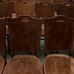 Исторический стул тот, в котором много дырочек. А другой стул, где мало дырочек - новодел. Точной копии создать не удалось.