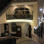 Шикарная лестница с портретами знаменитых путешественников