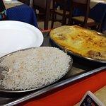 Pratos para duas pessoas muito bem servido.