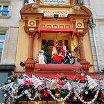 La façade revêtue de ses décorations de Noël