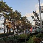 """Blick vom Balkon des Zimmers (""""1. Etage"""") auf Strandpromenade Richtung Süden sowie auf Fassade des Hotels"""