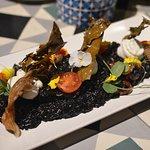 Risotto negro mar y montaña con setas y alga dulce crujiente