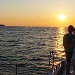 圣托里尼双体船日落巡游,含烧烤和饮品