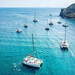 半私密标准| 圣托里尼双体船巡游,提供希腊自助餐和饮料