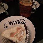 Tarta pomarańczowa na czekoladowym spodzie i herbata z imbirem i pomarańczą