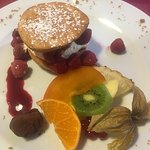 Délicieux dessert à la framboise, avec biscuit aux amandes