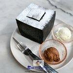 ขนมขึ้นชื่อของทางร้าน Lava Charcoal Toast 250 บาท