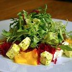 Salát s mangem a balkánským sýrem