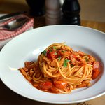 Špagety all'amatriciana (s italskou slaninou, cibulí, cherry rajčátky a feferonkou)