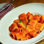 Mezzi paccheri gragnano all'arabiatta (s rajčatovou omáčkou, česnekem a feferonkou)
