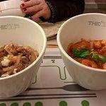 A gauche : cheese squid bulgogi rice (calamars, bouef mariné et riz)