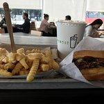 hamburguesa con queso y tocino + papas con queso + coca-cola.