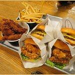الطلب سلايدر برجر لحم وسلايدر دجاج وأصابع الدجاج المقلي والبطاط المقلي الفرايز