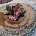 Voorgerecht tartaar van zeebaars, codium, kombu, kaffir,