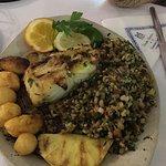Bacalhau assado com migas e batatas assadas