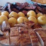 Carne término medio, pese a haber la pedido buen asada. Estaba durísima, muy difícil de comer.