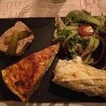 Assiette avec pâté de canard, ficelle picarde et tarte au maroilles