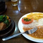 Ensopado de porco com linguiça e ora pró nobis, acompanhado de arroz, feijão e batata frita.