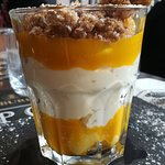 Mousse au chocolat blanc, mangue, crumble speculoos