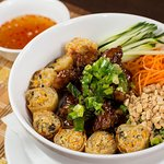 Bun Thit Nuong: massa de arroz com carne suína grelhada, rolinho primavera, pepino, cenoura, hor