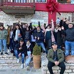 Αναχωροντας απο το χωριο με φοντο το καφε Villagio