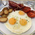 طبق بيض العيون + اللحم المقدد + شرائح البطاط والطماط المشوي