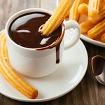 Para un día de mucho frío chocolate espeso con churros o porras