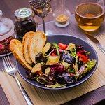 Вегетарианский микс-салат с свежими томатами и хрустящим баклажаном