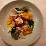 """Die """"Stappen-Bowl"""", ein Thunfischtatar und Salat von Taschenkrebsen mit Wasabi-Koriandermayonnai"""
