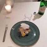 Dolci : Semifreddo au fromage squacquerone, cerises noires, crumble au caramel et poivre.