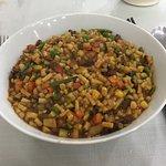 ラグマンというウイグル麺を細かく切って野菜と炒めた料理。美味しかったけどニンニクが効いていて…