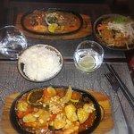 Boeuf au Loc Lac sur plaque avec nouilles sautées aux légumes + Calamars crevettes au saté et ri