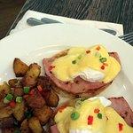 Hambuco – Classic eggs benedict with hollandaise