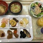 1/1 ブッフェの朝食。おせち料理と雑煮で正月風にまとめた。