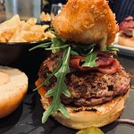 Burger, camembert pané et miel, bacon steak sauce burger