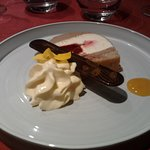 09 Dessert Crémeux au citron vert, insert confit de framboise et chocolat noir comme une bûche e