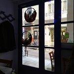 На двери в ресторанчик висели рождественские украшения