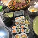 Salade de poissons crus et Makis