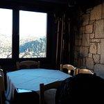 Εσωτερικός χώρος - τραπέζι με θέα