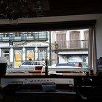 vista do interior do restaurante para a rua