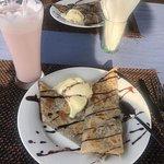 Ротти с шоколадом и мороженым, клубничный милкшейк