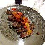 tagliata di manzo con pomodorini, rosmarino e olive taggiasche
