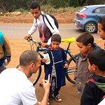 Moment de partage avec les enfants à la sortie de l'école du village