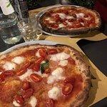 pizza margherita con pomodorini e mozzarella di bufala