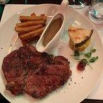 Nydelig saftig T-Bone steak med søt potet pome frites, mais, ananas og peppersaus.