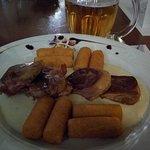 Az ebéd - burgonyakrokett és szalonnába göngyölt hús, sajtos szósszal.
