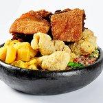 Leitão à Pururuca: leitão em pedaços, tropeiro com torresmo, mandioca, couve, arroz.