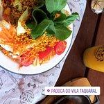 Um prato de torta de quinoa com abóbora acompanhado de salada e um soco de maracujá com mel, meu